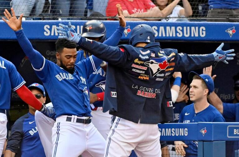 Jays Stay Close in Wild-Card Race, Hit 5 HRs, Rout O's 10-1